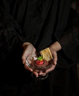 Chocoladedessert in de handen van vrouwen