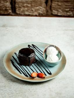 Chocoladedessert met roomijs