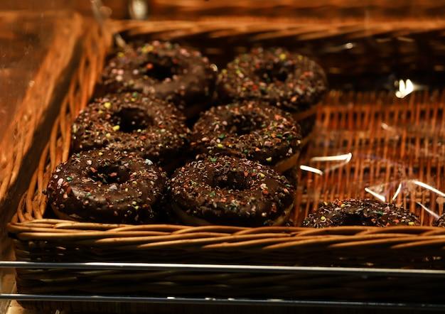 Chocoladedoughnut met gekleurde goudklompjes, bratislava-snoepjes