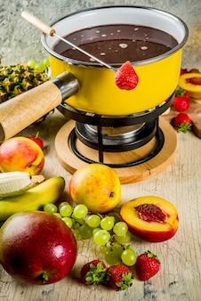 Chocoladefondue met fruit en bessen