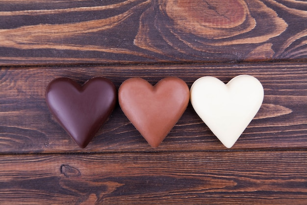 Chocoladeharten op een donkere achtergrond, close-up. internationale chocoladedag, ansichtkaart