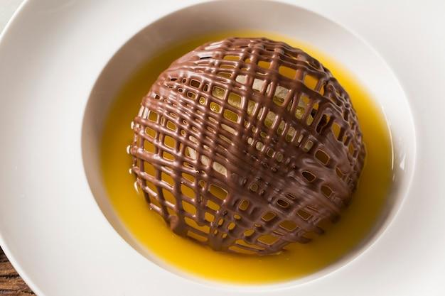 Chocoladekoekje met ijs en sinaasappelsaus