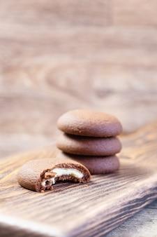 Chocoladekoekje op een houten scherpe raad