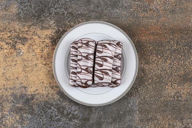 Chocoladekoekje op witte plaat, bovenaanzicht van verse koekjes.