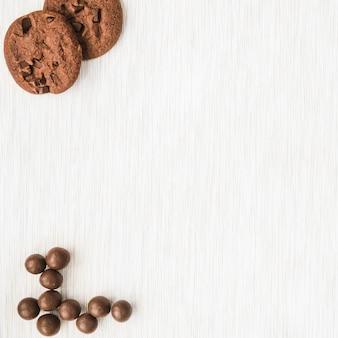 Chocoladekoekjes en bal op houten textuurachtergrond