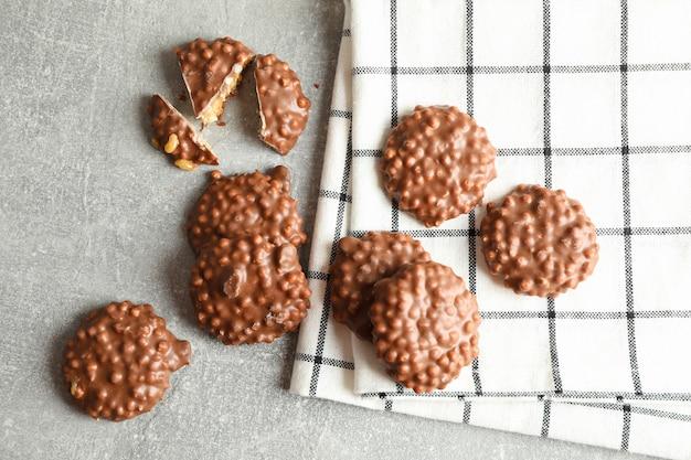 Chocoladekoekjes en keukenhanddoek op grijze lijst, hoogste mening