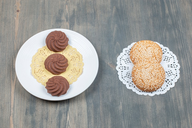 Chocoladekoekjes en koekjes met sesam