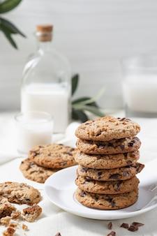Chocoladekoekjes en melk op een witte houten oppervlak