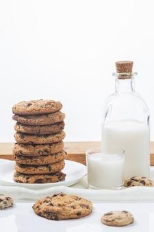Chocoladekoekjes en melk op een witte ondergrond