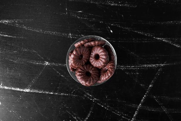 Chocoladekoekjes in een glazen beker.
