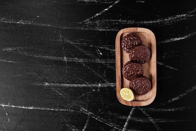 Chocoladekoekjes in een houten bord.