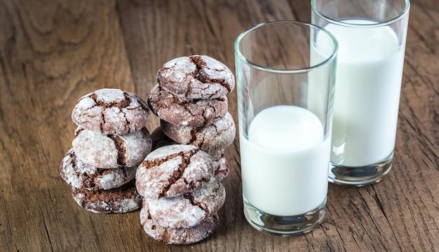 Chocoladekoekjes met glazen melk