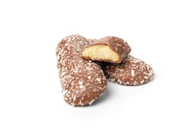 Chocoladekoekjes met kokos op wit wordt geïsoleerd dat.