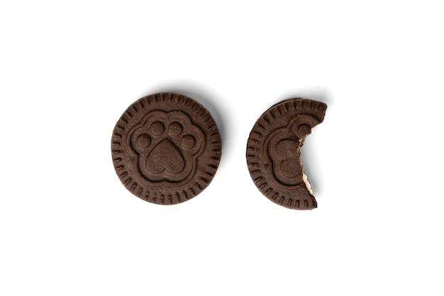 Chocoladekoekjes met melkvulling op wit wordt geïsoleerd dat