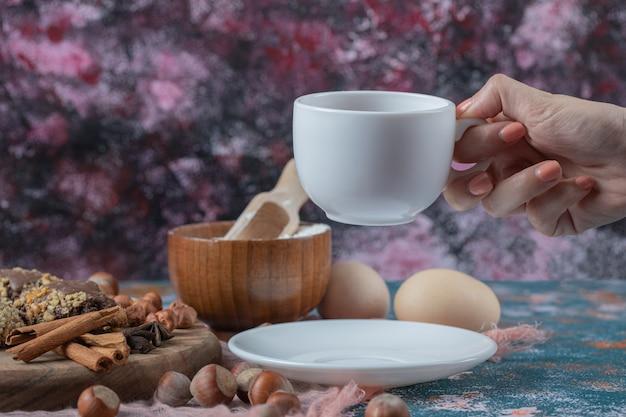 Chocoladekoekjes met noten, kaneel en anijs geserveerd met een kopje thee.