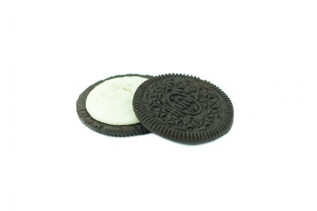 Chocoladekoekjes met room indienen geïsoleerd op wit