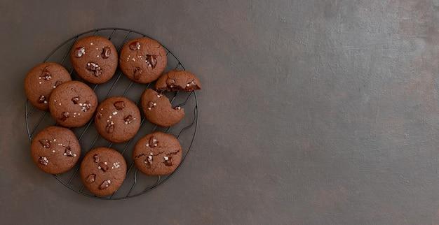Chocoladekoekjes met zout en stukjes chocolade. zelfgemaakt gebak. recept. vegetarisch eten.