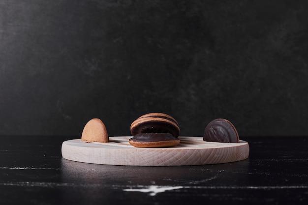Chocoladekoekjes op een houten bord.