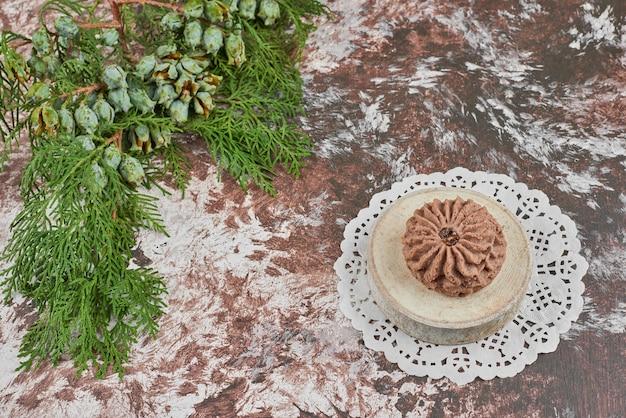 Chocoladekoekjes op een houten voet.