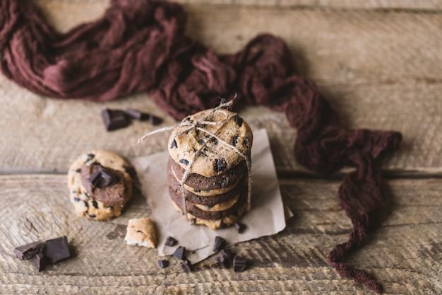 Chocoladekoekjes op houten rustieke lijst