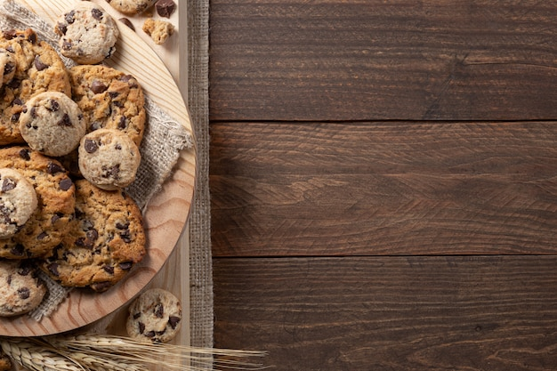 Chocoladekoekjes op houten voet