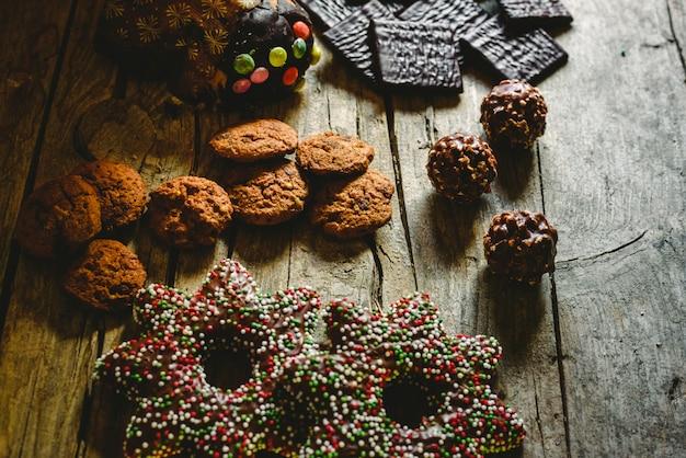 Chocoladekoekjes, peperkoekkoekjes en pure chocolade met munt voor kerstcrème