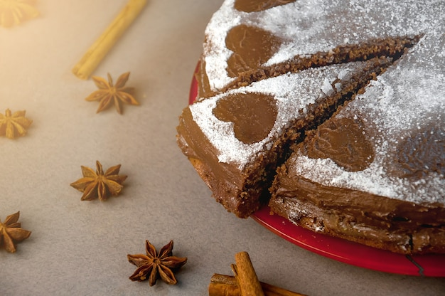 Chocoladekoekjescake met cacaoroom met kleine hartjes van poedersuiker. toetje. valentijnsdag concept.