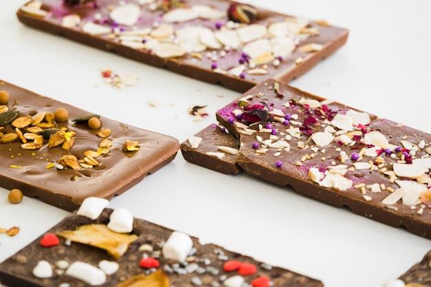 Chocoladelei met bovenste laagjes op witte achtergrond wordt geïsoleerd die