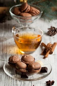 Chocolademakarons en kop thee