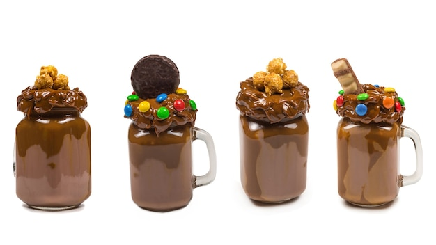 Chocolademilkshake met slagroom, koekjes, wafels, geserveerd in glazen mason jar.