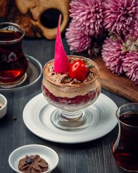 Chocolademousse met aardbei binnen glas.