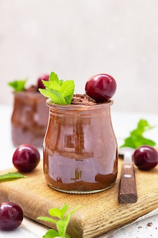 Chocolademousse met munt en zoete kersen