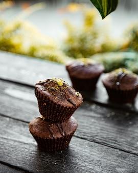 Chocolademuffin bestrooid met gehakte pistache