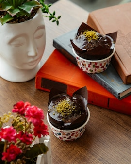 Chocolademuffin bestrooid met geraspte pistache