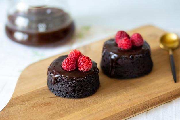 Chocolademuffin met frambozen bananenchocoladedessert de zoetheid van het dieet