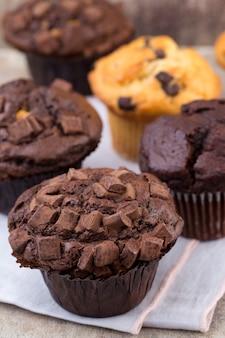 Chocolademuffins met chocolade op rustieke houten tafel