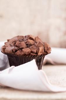 Chocolademuffins met chocolade vintage, selectieve aandacht.