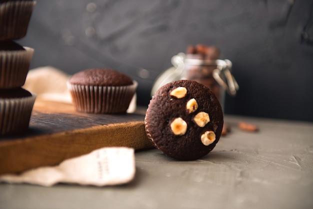 Chocolademuffins met noten en koffiebonen op een tafel, heerlijk zoet dessert in rustieke stijl