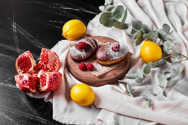 Chocolademuffins op houten schotel.