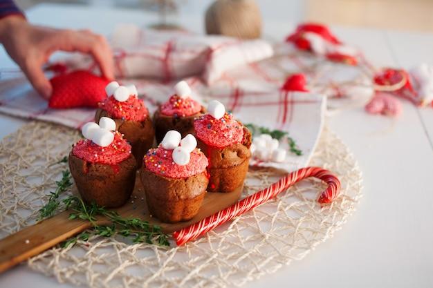 Chocolademuffins op lijst met kaarsen en suikergoed