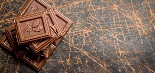 Chocoladepartjes. op een houten achtergrond
