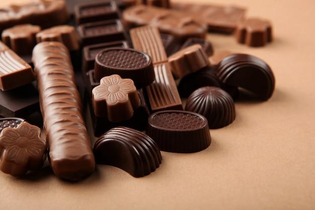 Chocoladeproducten van verschillende soorten op een gekleurd oppervlak close-up met een plek voor tekst