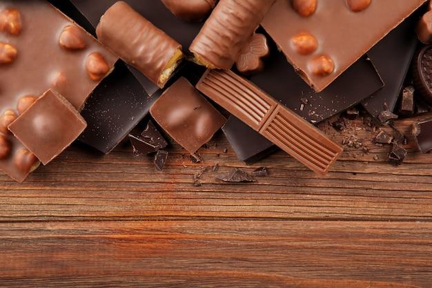 Chocoladeproducten van verschillende soorten op een gekleurde close-up als achtergrond met een plaats voor tekst