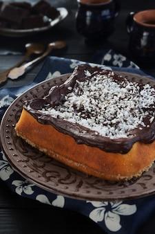 Chocoladepudding op een bruine plaat