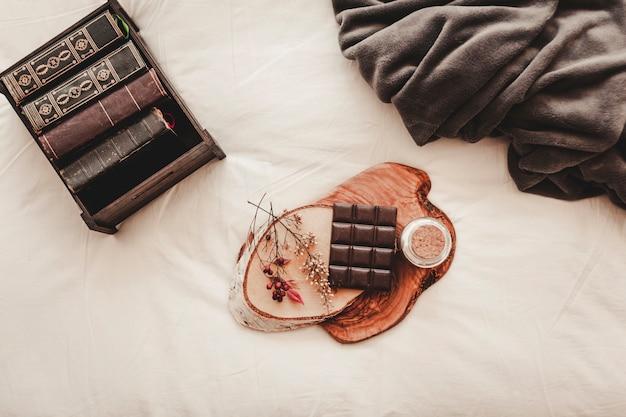 Chocoladereep bij boeken en deken