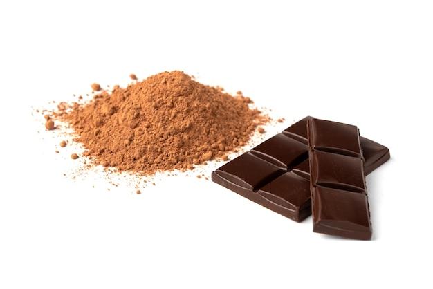 Chocoladereep en cacao geïsoleerd op een witte achtergrond.