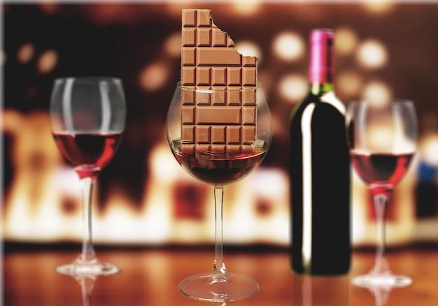 Chocoladereep in wijnglas op background