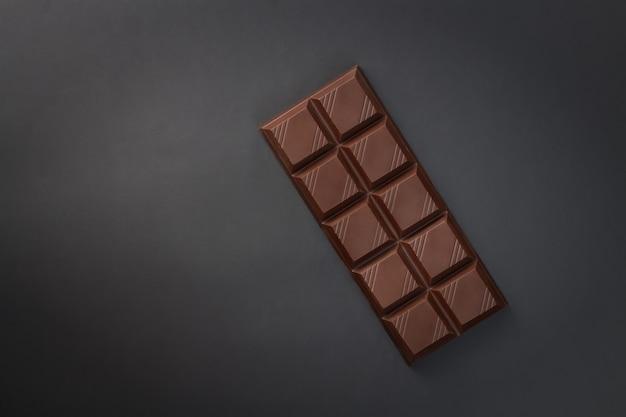 Chocoladereep op zwarte achtergrond - bovenaanzicht