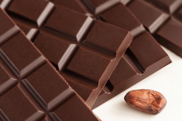 Chocoladerepen en cacaobonen
