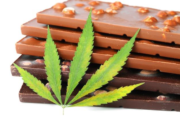 Chocoladerepen en koekjesclose-up met hennepblad. chocolade marihuana-dessertkoekjes met cbd-cannabis